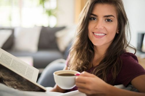 Organisasi Kesehatan Dunia (WHO) sempat mengelompokkan kopi dalam daftar karsinogen. Namun klasifikasi tersebut dicabut seiring banyak penelitian yang menunjukkan manfaat positif minum kopi.  WHO kini memberi 'lampu hijau' pada konsumsi kopi. Pihaknya menyimpulkan kopi tidak berisiko sebabkan kanker.