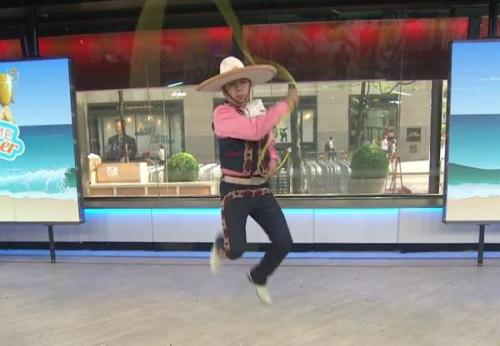 "Rodeo pemain Javier Escamilla menetapkan Guinness World Record dengan melakukan 100 "" Texas melompat "" dalam satu menit . Teknik lasso sulit melibatkan melompat melalui berayun beberapa kali lasso sambil menjaga tali bergerak . Screen capture / Today Show"