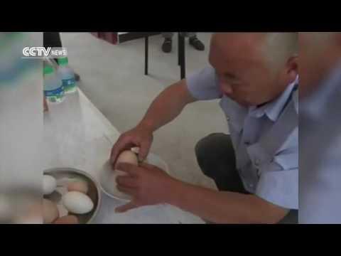 Petani memecah telur raksasa yang dia pegang dan ketika cangkang terbuka, di dalamnya ada telur ayam dalam ukuran lebih kecil.
