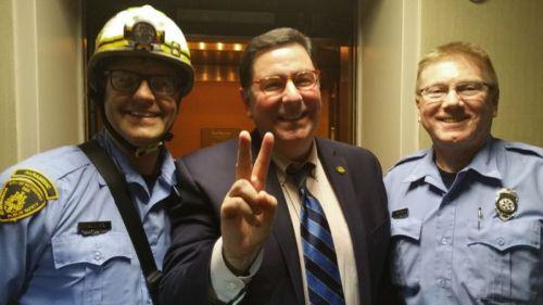 foto ini disediakan oleh Pittsburgh Walikota Bill Peduto pada Kamis, 19 Mei, 2016 menunjukkan Peduto berpose dengan dua paramedis di Pittsburgh . Peduto terjebak di Westin Hotel lift Kamis malam bersama dengan walikota Millvale dan Leetsdale . Mereka telah menghadiri pertemuan Allegheny