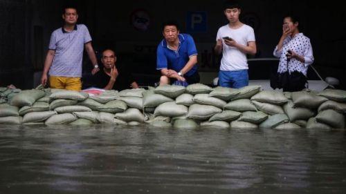 Warga Wuhan masih ada yang bertahan di rumahnya menyaksikan banjir yang semakin tinggi dan lama surutnya.