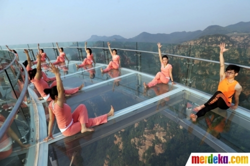 Aksi wanita-wanita seksi berlatih yoga di lantai kaca tepi jurang Aksi ekstrem itu dilakukan untuk menyambut perayaan Hari Yoga Internasional pada 21 Juni.