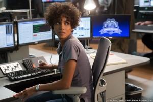 Operator 911 sering menerima panggilan telepon iseng yang tak ada hubungannya dengan pertolongan darurat. Mereka bekerja dengan sabar menjawab setiap panggilan dari orang yang tak dikenal.