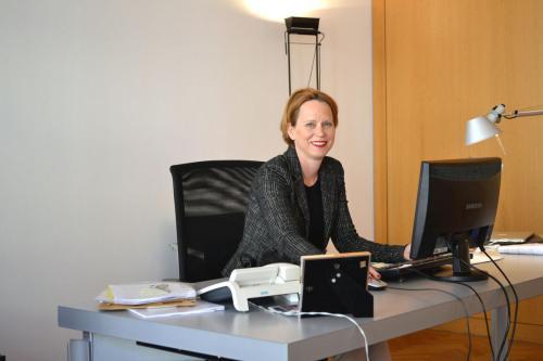 Eva Kraus Direktur museum kota Nuernberg, memberikan keterangan perihal coretan iseng yang dibuat ibu manula berusia 91 tahun.