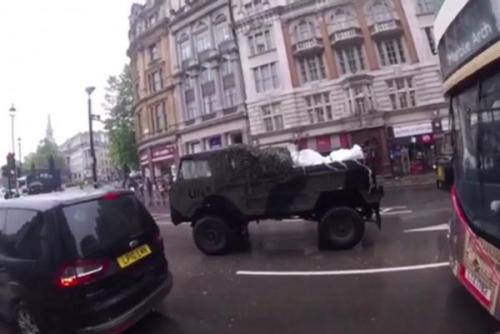 Hal ini mungkin tidak truk U.N. nyata membawa mayat alien melalui London . Screenshot : Newsflare.