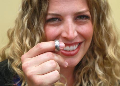 Joana Horowitz gembira menemukan kembali cincin kawin milik suaminya dengan bantuan detektor logam