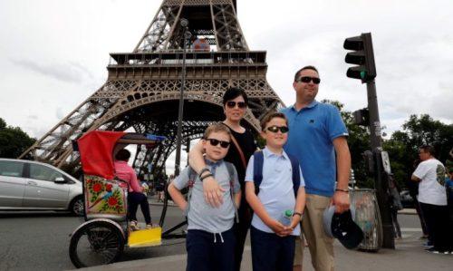 keluarga Inggris diperlakukan untuk malam apartemen Eifferl Menara
