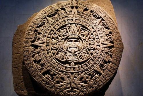 Lingkaran kalender kuno Suku Maya yang dibuat berdasar periode 394 tahun. Menurut FBI, para ahli mengatakan fragmen itu ditemukan di dekat reruntuhan sebuah kuil di Kawasan Petexbatun Guatemala dan sebuah prasasti yang ditemukan pada mereka merupakan bagian dari teks yang berfungsi sebagai kalender primitif.