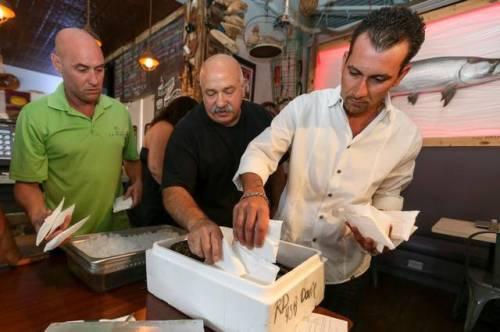 Jeff Gunderson , kiri, Joseph Melluso dan Amir Rossi tempat kompres es di Larry