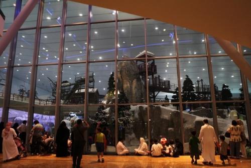 Sebuah mal atau pusat perbelanjaan modern di Dubai, kota terpadat di Uni Emirat Arab yang terkenal sangat panas dengan temperatur hariannya sekira 43 derajat celsius dan bisa mencapai 49 derajat celsius di musim panas, membuat penginapan tenda di lereng salju buatan.