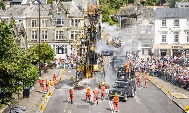 Robot raksasa ditarik berdiri di Tavistock.