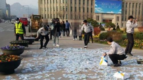 Bungkusan tas terbuka begitu jatuh ke aspal dan isinya  berhamburan yang ternyata lembaran uang kertas dollar.