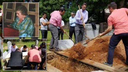 Francien Stein yang meninggal dunia dalam usia 83 tahun ( insert foto ) dimakamkan di Orangetown, New York, AS. Undangan pemakaman disampaikan lewat Facebook oleh Rabi Elchanan Weinbach.