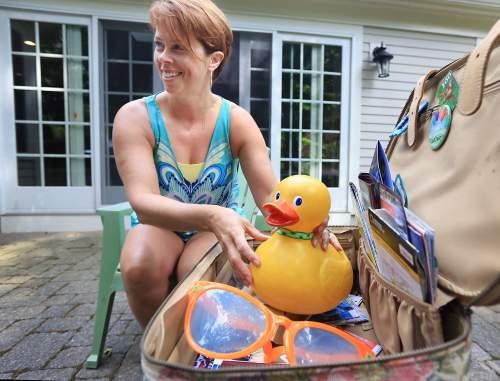 Itu lima tahun yang lalu bahwa bebek karet besar keluarga Troiano ini hilang dari rumah Gale Jalan mereka . Apa yang diikuti adalah kartu pos misterius , posting Facebook dan gambar bebek dari seluruh dunia , memberikan penampilan yang ditulis oleh mainan mandi dengan nama baru - Gale Ducky .