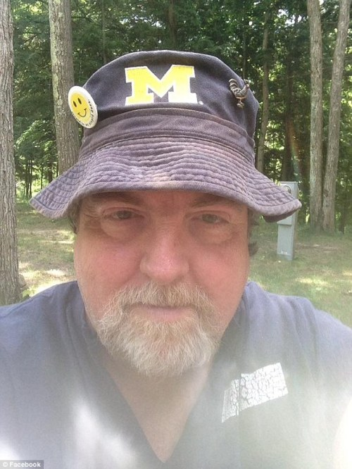 Dudley ( foto) , presiden West Michigan Detector Klub , pergi keluar