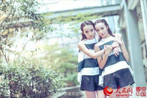 tanggal yang sama lahir, tinggi sama, berat sama, selera musik yang sama ... Sepasang saudara kembar di provinsi China Jiangsu timur, Yuan Jiao dan Yuan Yan, baru saja menemukan belum hal lain untuk berbagi: mereka berdua mengaku musik utama dari universitas yang sama di Nanjing. [Foto / People.cn]