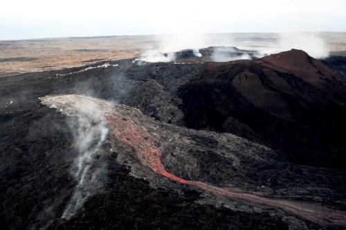 Lava pijar merah meleleh bergerak menuju pantai. Foto by : Big Island Video News