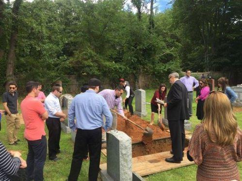 Pelayat yang hadir tak lebih dari 30 orang, membantu proses pemakaman Francine Stein, seorang musisi yang mengajar di sekolah musik prestisius Juillard.