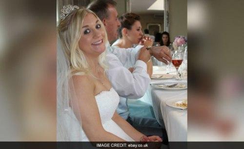Samantha Wragg tersenyum dalam balutan gaun pengantin saat merayakan upacara pernikahan dengan suaminya. Namun, gaun pengantin yang dia kenakan akhirnya dijual untuk biaya perceraian. Calon pembeli diminta untuk mencuci lebih dulu gaun pengantin itu agar terbebas dari noda dan bau penghianatan.