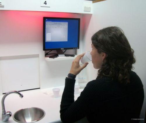 Peserta percobaan segar jus yang dipimpin oleh ilmuwan Ph.D Thierry Thomas-