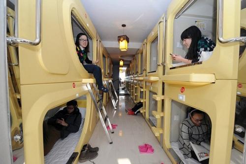 The Space Capsule Hotel harganya memang cukup murah. Dengan harga di bawah 7 Yuan (Rp 130.000) per malam, traveler bisa menginap di dalam kapsul dengan fasilitas kasur yang empuk, kipas angin, TV dan Wifi gratis.