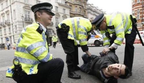 Setelah mengejar tersangka tanpa lelah, kedua polisi Kingston London berhasil menangkap tersangka.