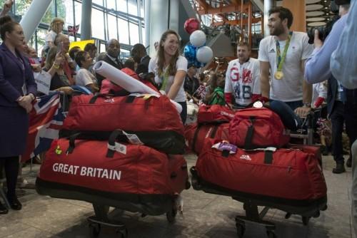Atlet Inggris yang baru pulang dari Olimpiade Rio membawa tas seragamnya warna merah di Bandara Heathrow.