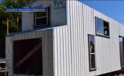 Pencuri di California melaju dengan kecil $ 50.000 rumah kecil wanita. Rumah itu berada di bawah konstruksi selama tiga tahun sebelum tiba-tiba menghilang sebagai pemilik Malinda Crichton berjalan anjingnya. Screen capture / CBS Sacramento