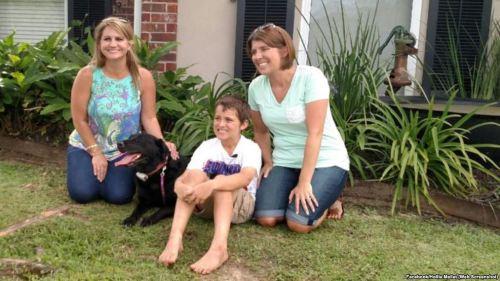 Hollie Mallet, anjingnya Dutchess, dan Josh dan Ginger Breaux berpose untuk foto