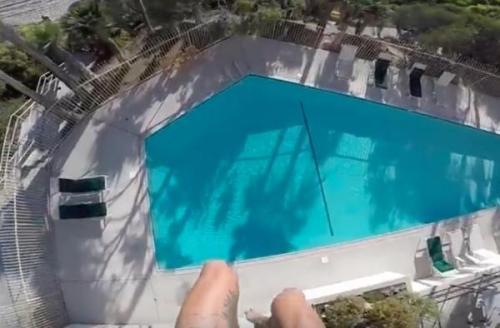 Kolam renang di Hotel Laguna, California menjadi incaran Thomas Johnson untuk melakukan aksi nekatnya dari ketinggian hotel. Ternyata Thomas Johnson seorang stunt man khusus aksi mendebarkan dalam film produksi Amerika Serikat.