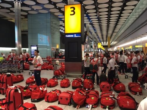 Berikut foto-foto para atlit yang bingung memilih koper mereka untuk diambil karena warna yang seragam.