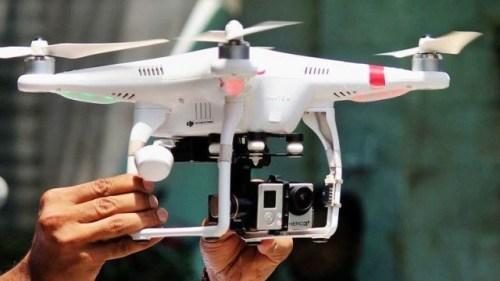 Penggunaan drone kamera ilegal di Swedia kecuali mereka diberikan izin pengawasan khusus. Berdasarkan aturan baru yang ditetapkan oleh Supreme Administrative Court of Sweden, drone dengan kamera memenuhi syarat sebagai kamera pengintai sehingga memerlukan lisensi.