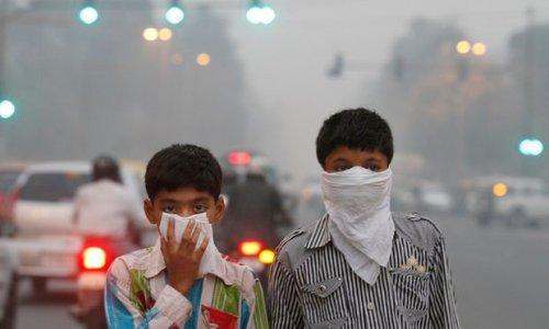 Tingginya polusi udara kotor, membuat toko masker New Delhi kehabisan stok. Tak ada masker, handuk kecil pun bisa dipakai untuk menutup hidung saat beraktifitas di jalanan New Delhi.