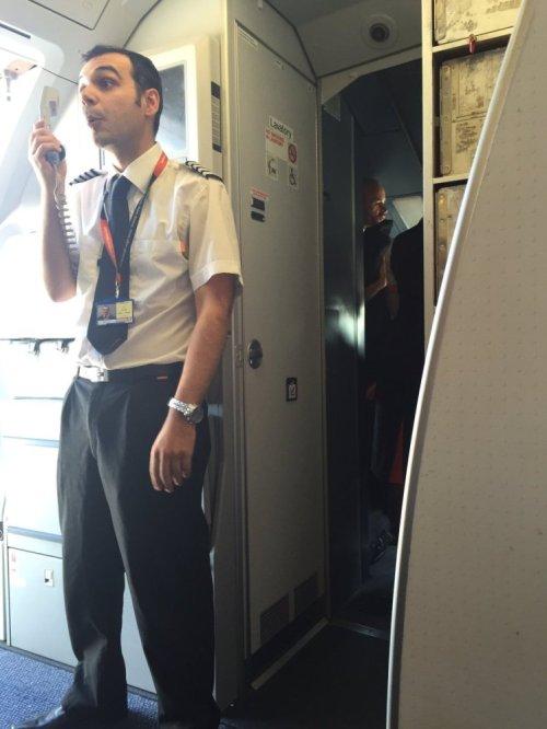 Kapten menjelaskan mengapa pesawat itu tertunda (Gambar: Dan Lobb)