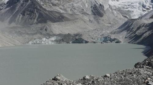Danau glasial yaitu danau yang terbentuk akibat mencairnya es. Pengeringan ini dilakukan pemerintah setempat guna mengurangi resiko banjir yang diakibarkan meluapnya air di danau tersebut. Otoritas setempat, dikutip AFP, Senin (31/10/2016) menyebut banjir akibat satu dari ribuan danau serupa yang ada di pegunungan Everest tersebut bakal mengancam kehidupan ribuan orang.