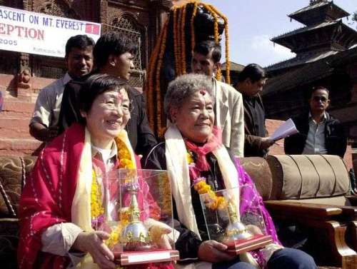 Junko Tabei (kiri) digambarkan pada tahun 2005 dengan Pang Duo, wanita kedua yang mencapai puncak Everest. Devendra Singh M. / Getty Images