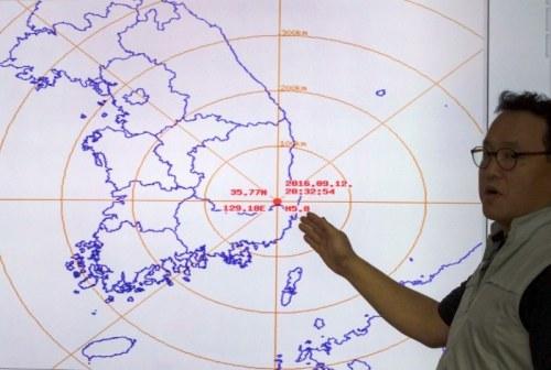 Seorang pejabat Korsel menunjukkan titik pusat gempa yang melanda pada Senin 12 September 2016 malam waktu / AFP PHOTO / YONHAP / YONHAP