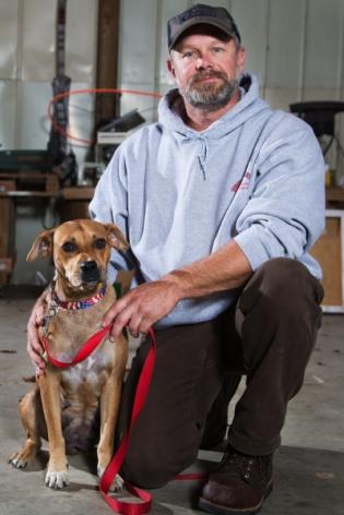 Mitchel Craddock menampung induk anjing liar itu di rumahnya.