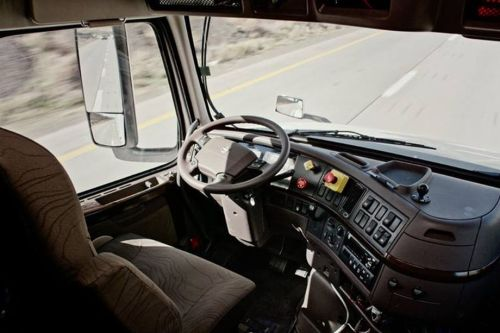 Dengan bantuan komputer, era mobil mengangkut barang tanpa sopir sudah separuh jalan. Truk semirobot ini berjalan sendiri dipandu sensor khusus terhubung dengan komputer, memilih rute, kecepatan laju truk, dan arah tujuan.