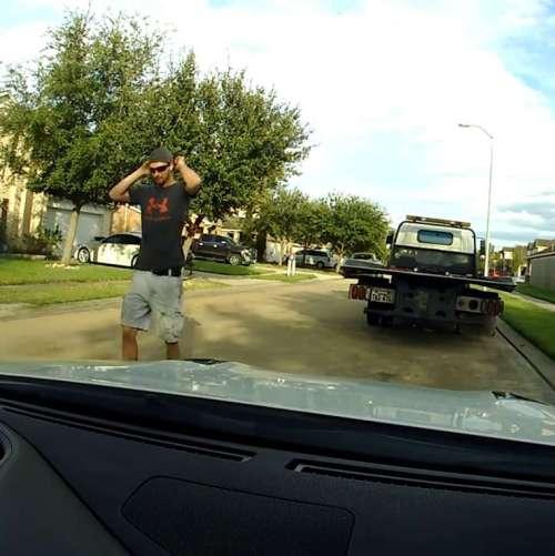 Seorang sopir truk derek terlihat pada video mengambil Brian Montgomery Nissan GTR keluar untuk