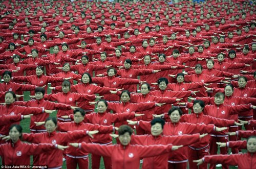 Citizens performed square dance in foggy weather to make a Guinness World Record in Zhengzhou,