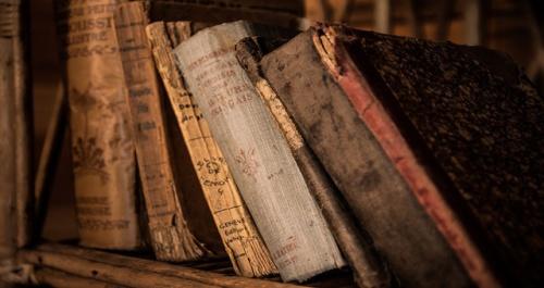 cucu dari seorang pria alumni Hereford Cathedral School di Hereford, Inggris. Sang cucu mengembalikan buku yang dipinjam kakeknya ke perpustakaan sekolah. Pengembalian baru dilakukan awal bulan ini, setelah dipinjam selama satu abad lebih atau 120 tahun.