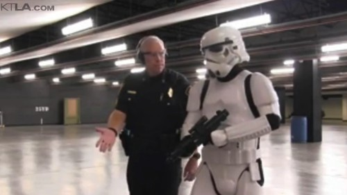 Setiap kali Strormtrooper gagal menembak sasaran, instruktur dengan sabar memberi pengarahan