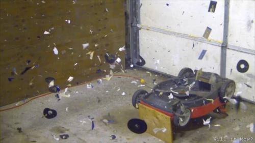 Dalam tayangan video yang diperlambat gerakannya,mesin pemotong rumput menghancrukan kumpulan disket berisi file pornografi.