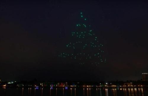 "Walt Disney World telah memperkenalkan pertunjukan cahaya baru yang menampilkan 300 drone dilengkapi dengan lampu LED. Acara bertajuk ""Liburan Starbright - Sebuah Kolaborasi Intel"" akan dilakukan secara teratur di Disney Springs Screen capture / Disney Taman / YouTube ""kemudian musim liburan ini."""