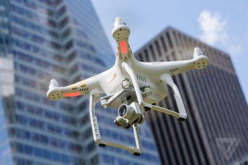 Drone DJI Phantom 3 saat melayang dikendalikan oleh pilot ke langit Detroit.
