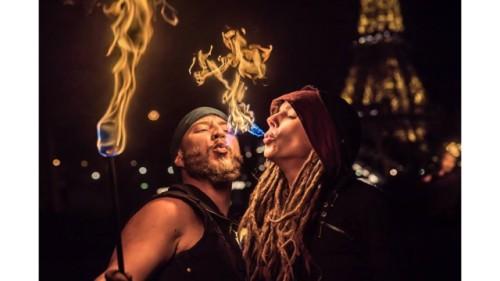 Dua orang peserta kursus secara bersama-sama menyemburkan api lewat tiupan mulutnya, menjadikan area sekitar kursus terang benderang seperti sedang terjadi kebakaran. Photo credit: Flamewater Circus Photo