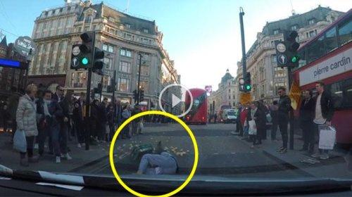 Kentang berserakan di jalanan London saat seorang pria menyeberang jalan.