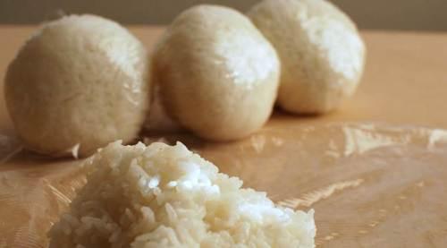 Orang meninggal dalam kontes makanan makan, pria Jepang meninggal dalam kontes makan makanan, japan. Pria itu berpartisipasi dalam kontes nasi kecepatan-makan. (Sumber: Wikimedia commons)