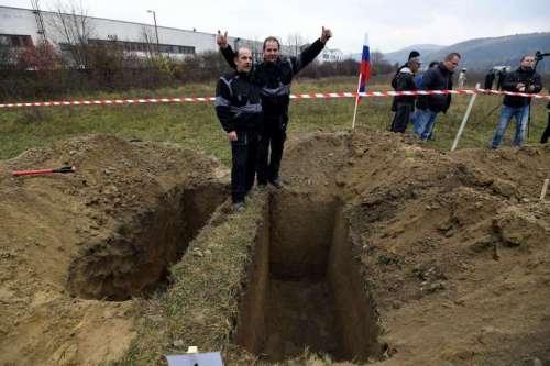 Saudara Ladislav (kiri) dan Csaba Skladan dari Slovakia memenangkan kejuaraan makam-penggalian di Trencin, Slovakia, Kamis mana kontestan dinilai berdasarkan ketepatan, kecepatan dan kualitas estetika. FOTO: REUTERS